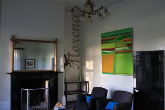 Интерьер с абстрактными картинами.