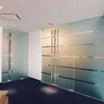 Применение стеклянных перегородок в дизайне интерьера