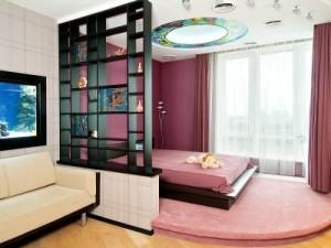 Зонирование гостиной спальни с помощью подиума