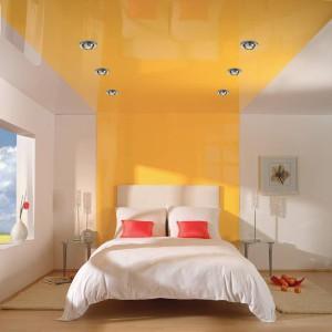 теплый цвет потолка для спальни